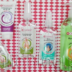 Antybakteryjny żel do rąk z aloesem i prowitaminą B5 CleanHands™ (50ml/5,99zł), Antybakteryjny żel do rąk z ekstraktem z jagód acai CleanHands™ (30ml/3,49zł), Antybakteryjny spray do rąk odświeżający z aloesem i prowitaminą B5 CleanHands™ (100ml/9,99zł), Antybakteryjny spray do powierzchni o zapachu mięty z cytryną CleanHands™ (100ml/9,99zł), oraz Antybakteryjne mydło w płynie do rąk zielone jabłko, odświeżające CleanHands™ (250ml/6,49zł). ODŚWIEŻAJĄCY ŻEL DO RĄK ANTYBAKTERYJNY Z ALOESEM – 50 ML WŁAŚCIWOŚCI: Antybakteryjny żel do mycia rąk eliminuje bakterie bez użycia wody. Zapobiega nadmiernemu wysuszaniu skóry rąk, pielęgnuje ją, odżywia i chroni. Zabija 99,9% zarazków, w tym bakterie Salmonelli, E. Coli oraz wirusy grypy. ZAWIERA: ALOES – wykazuje działanie przeciwzapalne. Zwiększa syntezę kolagenu i elastyny odpowiedzialnych za jędrność, elastyczność i wygładzenie skóry. Pomaga utrzymać odpowiednią wilgotność skóry. PROWITAMINA B5 (D- Pantenol) – doskonały składnik pielęgnacyjny. Poprawia nawilżenie skóry, dzięki czemu staje się miękka i bardziej elastyczna. Neutralizuje czerwienie oraz łagodzi podrażnienia na skórze. SPOSÓB UŻYCIA: Rozprowadzić w ręce niewielką ilość (około 3ml) żelu przez minimum 30 sekund. Czynność powtórzyć przynajmniej dwa razy. Nie stosować preparatu u dzieci poniżej 6. roku życia. Nie nanosić na uszkodzoną lub podrażnioną skórę. Nie stosować na błony śluzowe, wargi, w okolicach intymnych oraz w okolicach oczu. Nie stosować u osób, u których wystąpiły objawy uczulenia lub nadwrażliwości na którykolwiek ze składników preparatu. Tylko do użytku zewnętrznego. ŚRODKI OSTROŻNOŚCI: Łatwopalna ciecz i pary. Działa bardzo toksycznie na organizmy wodne, powodując długotrwałe skutki. Przechowywać z dala od źródeł ciepła, gorących powierzchni, źródeł iskrzenia, otwartego ognia i innych źródeł zapłonu. Nie palić. Unikać uwolnienia do środowiska. Produkt należy przechowywać w miejscu chłodnym, dobrze wentylowanym. Pojemnik przechowywać z dala od źróde