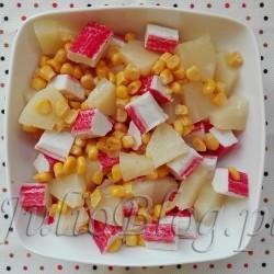 JulioBlog.pl-blog-Julii-przepis-na-sałatkę-ekspresowa-błyskawiczna-sałatka-w-kwadrans-15-minut-4-składniki-szybka-przekąska-sałatka-surimi-kukurydza-ananas-przepisy-łatwe-i-szybkie-poleca
