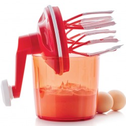 DIETA Kuchcik Tupperware Kuchcik Tupperware Julia 7 czerwca 2018DIETA, DOM & WNĘTRZE, Kuchenne gadżety Przekonaj się, że ubicie piany z czterech białek jest możliwe w 25 sekund bez użycia prądu! Kuchcik firmy Tupperware to wyjątkowe urządzenie, które służy do ubijania białka jajek, śmietany, przygotowania majonezu, mieszania różnego rodzaju deserów. Przekonaj się, że ubicie piany z czterech białek jest możliwe w 25 sekund bez użycia prądu. Ubija szybciej, taniej i ciszej niż elektryczny mikser! kuchcik-tupperware-akcesoria-kuchenne-gadżety-bez-użycia-prądu-mechaniczny-ubijacz-Kuchcik-Tupperware Kuchcik Tupperware Tajemnica Kuchcika Tupperware tkwi w mechanizmie napędzającym. Dysk w pokrywie z systemem zębatek, do których przymocowanych jest 6 trzepaczek, tworzy dodatkowy napęd – do 860 obrotów na minutę! Używanie Kuchcika nie wymaga dużo siły. Może być używany przez osoby prawo- i leworęczne. Ubijaczki wprawiamy w ruch kręcąc rączką zgodnie z ruchem wskazówek zegara. Kuchcik Tupperware idealnie sprawdza się w każdej kuchni i na każdym kuchennym blacie. Uchwyt – korbka ma wbudowany lejek o pojemności 50 ml, jest on zdejmowany, co ułatwia przechowywanie. Przezroczyste naczynie – podstawa o pojemnośći 1,35 l posiada wygrawerowaną skalę, co 50 ml aż do 1,2 l. Antypoślizgowy pierścień zabezpiecza przed przesuwaniem się Kuchcika podczas pracy. Kuchcik Tupperware można myć w zmywarkach z wyjątkiem pierścienia antypoślizgowego. Kuchcik Tupperware: Pojemność: 1,35 l Wymiary: 14x19x26 cm Jednorazowo można ubić maks. 4 białka lub 400 ml śmietany. Napełniaj maks. do 2/3 pojemności.. Kuchcik jest doskonałym uzupełnieniem serii – Extra Szefa, Rozdrabniacza Plus czy Francuskiego Młynka – oferujące zupełnie nowe funkcje. Na produkt udzielana jest 30-letnia GWARANCJA PRODUCENTA! O firmie Tupperware TUPPERWARE-katalog-wiosna-lato-2018-katalog-produktów-Tupperware-gotowanie-akcesoria-kuchenne-gadżety-do-kuchni-najnowszy-katalog-tupperwareTupperware Brands Corporation, działając poprze