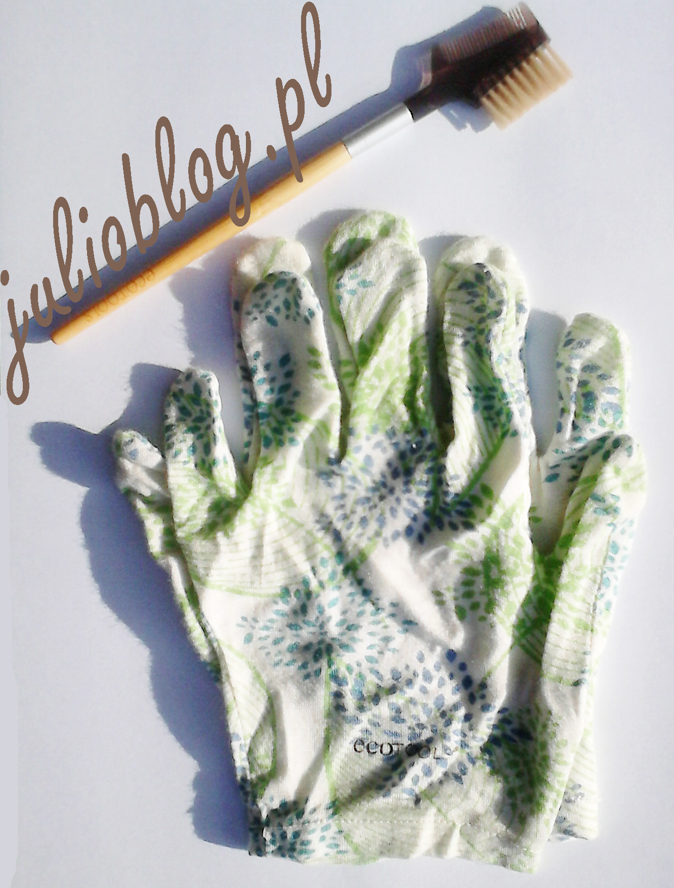 Bambusowa szczoteczka do rzęs i brwi Bamboo Lash and Brow Groomer Ecotools w starej wersji z aluminiowym okuciem, oraz Rękawiczki do pielęgnacji dłoni SPA Moisture Gloves Ecotools. Rękawiczki pielęgnacyjne Ecotools SPA Moisture Gloves, Bambusowe rękawiczki pielęgnacyjne. Założone do snu skutecznie poprawiają działanie kremów i balsamów nawilżających, oraz przynoszą ukojenie zmęczonym dłoniom. Bambusowa szczoteczka do rzęs i brwi Bamboo Lash and Brow Groomer Ecotools. Brwi i rzęsy pod Twoją pełną kontrolą? Teraz to możliwe z bambusową szczoteczką do brwi i rzęs EcoTools! Syntetyczne włosie daje pewność, że nie użyto przemocy wobec zwierząt oraz pozwala wzmocnić i podkreślić linię brwi. Natomiast grzebyczek nada rzęsom naturalny i piękny wygląd. Dodatkowo okucia wykonane z aluminium odzyskanego z recyklingu oraz funkcjonalne etui to ekologia w najlepszym stylu.