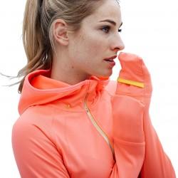 Ciepłochronna bluza do biegania, z kapturem, koralowa Tchibo, cena: 89,95zł. 92% poliester, 8% elastan (LYCRA®). Wstawki z dzianiny dziurkowanej na plecach i pod pachami zapewniają optymalne środowisko dla ciała Oddychająca i odprowadzająca wilgoć z powierzchni ciała Miękko drapana strona wewnętrzna zapewnia optymalną izolację cieplną Fason: normalny Funkcjonalna jakość. Ciepłochronna bluza z reglanowymi rękawami. Miękko drapana strona wewnętrzna zapewnia optymalną izolację cieplną. Oddychająca i odprowadzająca wilgoć z powierzchni ciała. Wstawki z dzianiny dziurkowanej na plecach i pod pachami zapewniają optymalne środowisko dla ciała. Z zawartością elastanu: odporna na deformacje, doskonale leży, zapewnia pełną swobodę ruchów. Sprytne detale Kaptur z otworem na warkocz, mankiety z otworem na kciuk i mankietem o funkcji rękawic, z tyłu mała kieszeń zapinana na zamek błyskawiczny. Zapinana na zamek błyskawiczny z suwakiem, który można unieruchomić i osłoną na brodę. Z odblaskowym nadrukiem i wstawką.