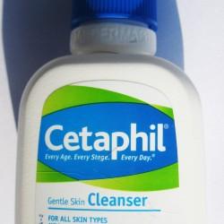 Łagodna emulsja do mycia Cetaphil Gentle Skin Cleanser . Cetaphil emulsja - do specjalnej pielęgnacji nadwrażliwej i delikatnej skóry twarzy. Oczyszcza i odświeża skórę twarzy. To delikatna, nie dająca podrażnień emulsja, zawierająca wyłącznie niedrażniące składniki. Eliminuje konieczność użycia wody i mydła do codziennej pielęgnacji skóry twarzy. Skóra pozostaje czysta, świeża i bez podrażnień. Szczególnie polecany w przypadku: - skóry nadwrażliwej - skóry z trądzikiem - skóry przed i po zabiegach dermatologicznych i kosmetycznych - skóry suchej i skłonnej do alegrii i wyprysków - demakijażu twarzy. Łagodna emulsja do mycia Cetaphil Gentle Skin Cleanser – skład (INCI): Aqua, Cetyl Alcohol, Propylene glycol, Butylparaben, Methylparaben, Propylparaben, Sodium Lauryl Sulfate, Stearyl Alcohol. Rekomendowany do codziennej pielęgnacji skóry uszkodzonej z powodu chorób dermatologicznych, jak również po zabiegach dermatologicznych. Łagodna emulsja myjąca Cetaphil Preparat zalecany jako delikatny, niepowodujący podrażnień kosmetyk do codziennego mycia skóry wrażliwej. Skład: Aqua, Cetyl Alcohol, Propylene glycol, Butylparaben, Methylparaben, Propylparaben, Sodium Lauryl Sulfate, Stearyl Alcohol, FIL 0214.V00. Działanie: Pomaga zachować odpowiedni poziom nawilżenia skóry. Pozostawia skórę delikatną, gładką i zdrową. Oczyszczając równocześnie zmiękcza i wygładza skórę. pH fizjologiczne. Łagodne i jednocześnie skuteczne oczyszczanie skóry, rekomendowane również u dzieci. Wskazania: Rekomendowany do codziennej pielęgnacji skóry uszkodzonej z powodu chorób dermatologicznych, jak również po zabiegach dermatologicznych. Może być używany do demakijażu. Stosowanie: Nanieś emulsję na skórę i delikatnie masuj. Bez użycia wody: Nadmiar zetrzyj delikatną chusteczką lub wacikiem. Używając wody: Zmyj wodą i delikatnie wysusz.