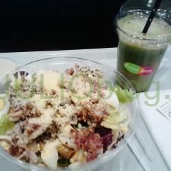 Ja za swój obiad w Salad Story zapłaciłam 34,98zł. Zamówiłam dużą Sałatkę Cesarską i duży sok selerowo – ogórkowy. Salad Story: Duża Sałatka Cesarska z Dressingiem Cesarskim i duży sok selerowo – ogórkowy, oraz Karta Stałego Klienta Salad Story występująca pod nazwą Karta Naszego Klienta. Sałatka Cesarska to: klasyczny miks sałat, kurczak, jajko i bekon, do tego spora parmezanowa posypka. Nie spodziewałam się, że sałatka będzie tak pożywna – żeby nie powiedzieć ciężka. Wydawała mi się jednak za tłusta… Duża Sałatka Cesarska w Salad Story ma 540kcal. Byłam głodna i świadoma jej kaloryczności, ale brakowało mi w niej jakiegoś lżejszego akcentu, choćby pomidorków koktajlowych. Mimo to myślę że będzie dobra dla mężczyzn :) Sosem polecanym do Sałatki Cesarskiej był Sos Cesarski w skład którego wchodzą: anchois, parmezan, czosnek, oliwa z oliwek. Muszę powiedzieć, że sos był zdecydowanie za słony i wydaje mi się najbardziej słonym dressingiem z oferty Salad Story, co w połączeniu ze słonym już bekonem dawało na prawdę przesolony efekt. Tutaj minus dla Salad Story. Karta Stałego Klienta Salad Story występująca pod nazwą Karta Naszego Klienta. Za każde wydane 15.99zł (co za kwota) dostaje się jeden stempel. Po uzbieraniu 10 stempli odbieramy gratis małą przekąskę. Do wyboru są: mała sałatka, kanapka, tarta, lub mały świeży sok.