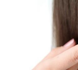 Zakładanie i zdejmowanie soczewek kontaktowych CIBA VISION®. Porady ogólne Należy umyć i dokładnie spłukać ręce przed dotknięciem soczewek kontaktowych. Zalecane jest mydło bez olejków, mleczka kosmetycznego i perfum. Ręce należy osuszyć niepylącym ręcznikiem. Soczewek należy dotykać opuszkami palców (należy unikać dotykania paznokciami i innymi ostrymi przedmiotami). Upewnij się, że soczewka jest czysta i nieuszkodzona.