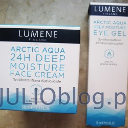 Krem na dzień głęboko nawilżający do cery normalnej i suchej 24 Deep Moisture Face Cream Arctic Aqua Lumene (słoiczek 50ml kosztuje 29,99zł) Krem na dzień głęboko nawilżający do cery normalnej i suchej 24 Deep Moisture Face Cream Arctic Aqua Lumene. Krem do cery suchej i normalnej. Posiada delikatną konsystencję, która doskonale łączy się ze skórą. Przeznaczony do aplikacji rano na oczyszczoną twarz, szyję i dekolt. Formuła produktu zawiera wiosenną wodę arktyczną bogatą w minerały. Krem podnosi nawilżenie skóry oraz zapobiega utracie wody. Po aplikacji cera staje się miękka i odpowiednio nawilżona, dzięki czemu wygląda zdrowiej. Zawarty w składzie ksylitol reguluje nawilżenie w różnych warstwach naskórka. Betaina zmiękcza i chroni cerę przed podrażnieniami. Produkt nie zawiera parabenów, folmaldehydów, olejów mineralnych. Głęboko nawilżający żel pod oczy Deep Moisture Eye Gel Arctic Aqua Lumene (tubka 15ml kosztuje 39,99zł) Głęboko nawilżający żel pod oczy Deep Moisture Eye Gel Arctic Aqua Lumene. Głęboko nawilżający żel pod oczy do każdego typu cery. Zawiera bogatą w minerały wiosenną wodę arktyczną oraz technologię nawilżającą. Pomaga łagodzić uczucie napięcia spowodowane suchością skóry. Utrzymuje cerę miękką i dobrze odżywioną – zmniejsza cieni pod oczami. Czysta bogata w minerały arktyczna woda oraz unikalna technologia nawilżająca, która wiąże wodę w komórkach skóry, dla długotrwałego efektu nawilżenia skóry oraz utrzymania jej miękkiej i nawilżonej. Związek ksylitolu reguluje nawilżenie w różnych warstwach naskórka oraz wzmacnia jego struktury, utrzymując optymalny poziom nawilżenia. Betaina – zmiękcza i chroni skórę przed podrażnieniami oraz wspomaga regulację bilansu wodnego komórek skóry. Eyebrightener – efektywnie walczy z cieniami wokół oczu, wzmacniając delikatną skórę powiek. Penthenol – pochodnia witaminy B nawilża, utrzymuje skórę gładką i delikatną. Głęboko nawilżający żel pod oczy Deep Moisture Eye Gel Arctic Aqua Lumene jest wolny od: parabenów, 