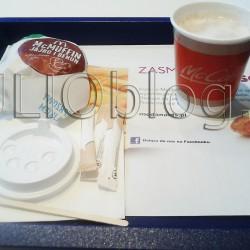 Śniadanie w McDonald's: McMUFFIN® jajko i bekon + darmowa kawa. Kawa biała mała, oraz McMUFFIN® Jajko i Bekon w McDonald's. Wymarzony śniadaniowy duet. Jeśli chodzi o wartość kaloryczną to (nie licząc cukru) mała biała kawa z McDonald's ma 230 kcal. McMUFFIN® Jajko i Bekon. To wymarzony śniadaniowy duet jest bardzo sycący i smaczny! Jeśli lubcie jeść na śniadanie chrupką, ciepłą bułkę, jajko sadzone i smażony bekon to ten McMUFFIN® powinien Wam smakować. Cena McMUFFIN® Jajko i Bekon w McDonald's wynosi 6,30zł.Cena McMUFFIN® Jajko i Bekon w McDonald's wynosi 6,30zł.