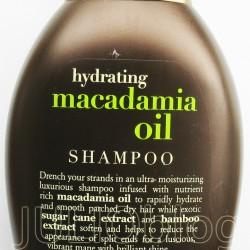 Szampon nawilżający z olejkiem z orzechów macadamia Macadamia Oil Shampoo ORGANIX. Luksusowy szampon z dodatkiem oleju z orzechów macadamia oraz ekstraktem z bambusa, który intensywnie nawilża suche i łamliwe włosy. Organix poleca linię nawilżającą z olejkiem z orzechów macadamia z ekstraktem z trzciny cukrowej oraz bambusa. Zanurz swoje włosy w wyjątkowej formule na bazie olejku z orzechów macadamia i zapewnij im intensywnie naturalne nawilżenie. Ekstrakt z trzciny cukrowej oraz bambusa dodatkowo wygładzą włosy, pomogą zregenerować ich końcówki i przywrócą naturalny blask. Luksusowa receptura wolna od siarczanów i sztucznych zmiękczaczy, zdumiewający, fantastyczny zapach, kochamy je, ponieważ... są jak tropikalna, ekscytująca podróż. skład Szamponu nawilżającego z olejkiem z orzechów macadamia Macadamia Oil Shampoo ORGANIX: Aqua (DI Water), Disodium Laureth Sulfosuccinate, Sodium C14-16 Olefin Sulfonate, Cocamidopropyl Betaine, Cocamidopropyl Hydroxysultaine, Dimethicone Copolyol, Cocamide DEA, Glycol Distearate, Macadamia Ternifolia Seed Oil, Saccharum Officinarum (Sugar Cane) Extract, Bambusa Vulgaris (Bamboo) Extract, Theobroma Cacao Seed Butter (Cocoa Butter), Parfum, Cocos Nucifera (Coconut Oil), Persea Gratissima (Avocado) Oil, Aloe Barbadensis Leaf Extract (Aloe Leaf Extract), Panthenol, Polyquaternium-11, DMDM Hydantoin, Cetyl Alcohol, Guar Hydroxypropyltrimonium Chloride, PEG-23M, Red 40, Yellow 5