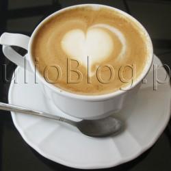 Kawa Illy w restauracji Cuda Wianki w Przemyślu. Będąc w tym tygodniu przejazdem w Przemyślu po prostu musiałam odwiedzić moją ulubioną restaurację w tym mieście! Mowa o Restauracji Cuda Wianki usytuowanej na Rynku w pięknie odrestaurowanej zabytkowej kamienicy pod numerem 5. Kawa Cuda Wianki (cena – 10zł), czyli Cappucino łączone z Espresso w restauracji Cuda Wianki w Przemyślu – Rynek 5. Wybór kaw w restauracji Cuda Wianki jest oczywiście większy i można skosztować espresso i wszelkich klasycznych wersji kawy niearomatyzowanej w tym również na zimno :) Godna polecenia jest też kawa biała – 8zł (zdjęcie poniżej). Do kaw w Cudach Wiankach zawsze podawany jest jeden cukier biały i jeden brązowy. Kawa białai (cena – 8zł) w restauracji Cuda Wianki w Przemyślu – Rynek 5.