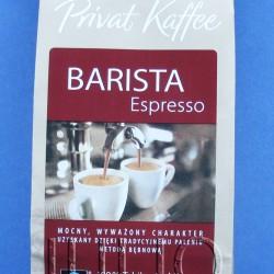 Kawa Tchibo Privat Kaffee Barista Espresso – 100% Arabica mielona na miejscu w sklepie Tchibo. Tchibo Barista Espresso to zupełnie nowa propozycja i odpowiedź na coraz bardziej wymagających klientów. Kawę pali się przy użyciu tradycyjnych bębnowych maszyn prażalniczych jak przed 100 laty. Dzięki temu kawa zachowuje wspaniały tradycyjny aromat, smak i niepowtarzalny charakter. Do produkcji używane są jedynie ziarna arabiki. Kawa charakteryzuje się silnym zrównoważonym smakiem o wyraźnej nucie orzechowej. Kawa zachowuje długotrwały aromat i pozwala się nam cieszyć zawsze udaną i pyszną kawą. Kawa Tchibo Privat Kaffee Barista Espresso – 100% Arabica mielona na miejscu w sklepie Tchibo. DIETA Kawa Tchibo Barista Kawa Tchibo Barista Julia 20 czerwca 2015DIETA, Kawa Kilka dni temu byłam w sklepie Tchibo po świeżo mieloną kawę. Podoba mi się, że wybór kaw w Tchibo jest dość duży i można na miejscu zmielić ziarna na taką grubość, jaka będzie odpowiednia dla ulubionego sposobu parzenia. A moim ulubionym sposobem parzenia jest ekspres ciśnieniowy – nie na kapsułki :) julioblog.pl-blog-julii-kawa-tchibo-privat-kaffee-Tchibo-Barista-Espresso-100-procent-arabica-kawa-mielona-na-miejscu Kawa Tchibo Privat Kaffee Barista Espresso – 100% Arabica mielona na miejscu w sklepie Tchibo Tym razem zdecydowałam się na kawę Tchibo Barista, która występuje w dwóch wariantach: Tchibo Barista Caffe Crema o łagodnym smaku, oraz Tchibo Barista Espresso o bogatym aromacie – 100% Arabica. Może się domyślacie, że wybrałam tę drugą. Zwłaszcza kiedy dowiedziałam się, że to właśnie ta kawa jest parzona w kawiarni Tchibo na miejscu.