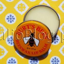 Balsam do ust Burt's Bees w 100% naturalny kosmetyk. Balsam do ust Beeswax Lip Balm Tin Burt's Bees – puszka 8,5g. Balsam Beeswax Lip Balm Tin Burt's Bees – składniki: cera alba (beeswax, cire d'abeille), cocos nucifera (coconut) oil, prunus amygdalus dulcis (sweet almond) oil, mentha piperita (peppermint) oil, lanolin, tocopherol, rosmarinus officinalis (rosemary) leaf extract, glycine soja (soybean) oil, canola oil (huile de colza), limonene. alsam Beeswax Lip Balm Tin Burt's Bees to w 100% naturalny kosmetyk o imponującym składzie. Wosk pszczeli, olej kokosowy, czy olejek ze słodkich migdałów to tylko kilka przykładowych składników… Balsam Beeswax Lip Balm Tin Burt's Bees – skladniki: cera alba (beeswax, cire d'abeille), cocos nucifera (coconut) oil, prunus amygdalus dulcis (sweet almond) oil, mentha piperita (peppermint) oil, lanolin, tocopherol, rosmarinus officinalis (rosemary) leaf extract, glycine soja (soybean) oil, canola oil (huile de colza), limonene.