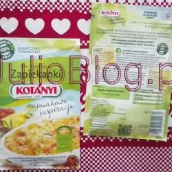 Zapiekanka ziemniaczana z wędzonym łososiem z dodatkiem klasycznej francuskiej przyprawy do zapiekanki Kotányi – JulioBlog.pl. Zapiekanka ziemniaczana z wędzonym łososiem Kotányi. Ostatnio wypróbowałam przepis, który znalazłam na opakowaniu francuskiej mieszanki ziół i przypraw Kotányi. Danie z ziemniaków i łososia okazało się dość ciekawe. Jeśli lubicie wyraziste smaki i macie ochotę zrobić zapiekankę ziemniaczaną z wędzonym łososiem wg przepisu Kotányi to… zapraszam :) Zapiekanka ziemniaczana z wędzonym łososiem Kotányi. Sądzicie pewnie, że mieszanka przypraw, która pasuje do ziemniaków i łososia, a jednocześnie do ryżu z jabłkami musi być dość specyficzna. Faktycznie taka jest :) Jeśli jednak macie ochotę na coś bardzo sycącego i rozgrzewającego, lubicie łososia i wyraziste smaki, to warto wypróbować ten przepis. Klasyczne francuskie zioła i przyprawy do zapiekanki Kotányi. Przepis na zapiekankę ziemniaczaną z wędzonym łososiem Kotányi Zapiekanka ziemniaczana z wędzonym łososiem Kotányi Lista zakupów na 2 porcje: 400 g ziemniaków, 100 g wędzonego łososia, 200 g kwaśnej śmietany, 2 jajka, 1/2 torebki Ziół i Przypraw do Zapiekanki Kotányi, 1 100 g startego sera mozzarella, 1 łyżka masła Przyrządzenie: Ugotowane ziemniaki pociąć w plasterki grubości 1-1,5 cm. Jajka, śmietanę i porcję Ziół i Przypraw do Zapiekanki Kotányi dobrze wymieszać, następnie dodać rozdrobnionego wędzonego łososia. W naczyniu żaroodpornym wysmarowanym masłem układać warstwy z plasterków ziemniaków na przemian zalewając mieszanką jaj, śmietany, łososia i przyprawy. Piec w nagrzanym do 180°C piekarniku przez 25 min. Następnie naczynie wyjąć z piekarnika, zapiekankę posypać startym serem i ponownie zapiekać przez 5 min. Zapiekanka ziemniaczana z wędzonym łososiem z dodatkiem klasycznej francuskiej przyprawy do zapiekanki Kotányi – JulioBlog.pl Uważam, że porcja zapiekanki ziemniaczanej z łososiem proponowana przez Kotányi jest naprawdę spora. Do tego dosyć ciężkostrawna, więc ja z przyjemnością p