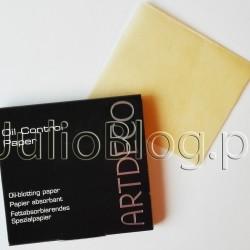 Bibułki matujące Oil Control Paper ARTDECO. W ostatnich miesiącach polubiłam Bibułki matujące Oil Control Paper ARTDECO (cena w perfumeriach Douglas to 37,90zł za 100 sztuk). Bibułki matujące Oil Control Paper ARTDECO (37,90zł/100 sztuk) Pudrowe chusteczki szybko i bezproblemowo absorbują nadmiar sebum i sprawiają, że skóra znów staje się matowa bez naruszania makijażu. Idealne również dla mężczyzn. Bibułki matujące Oil Control Paper ARTDECO (37,90zł/100 sztuk, perfumerie Douglas) Bibułki matujące: ARTDECO.Dziś napiszę kilka słów o malutkim, ale niezwykle przydatnym drobiazgu, który noszę w torebce. Są nim bibułki matujące. Bibułki matujące: ART DECO. Bibułki matujące Oil Control Paper ARTDECO (37,90zł/100 sztuk, perfumerie Douglas) Podstawowe przeznaczenie bibułek matujących to oczywiście zmatowienie skóry w tzw: trefie T, czyli na czole, nosie i brodzie gdzie najczęściej lubi się przetłuszczać. Kiedy nie mamy możliwości poprawienia makijażu, albo nie chcemy dokładać kolejnej warstwy pudru to właśnie bibułki matujące sprawdzą się idealnie! Są w malutkich opakowaniach, więc zmieszczą się nawet do najmniejszej torebki. Moim zdaniem bibułki matujące to absolutny niezbędnik w dniu ślubu, a także wtedy gdy nie chcecie świecić czołem na zdjęciach :) W ostatnich miesiącach polubiłam Bibułki matujące Oil Control Paper ARTDECO (cena w perfumeriach Douglas to 37,90zł za 100 sztuk). Bibułki matujące Oil Control Paper ARTDECO (37,90zł/100 sztuk) Pudrowe chusteczki szybko i bezproblemowo absorbują nadmiar sebum i sprawiają, że skóra znów staje się matowa bez naruszania makijażu. Idealne również dla mężczyzn. Bibułki matujące Oil Control Paper ARTDECO.