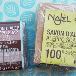 Dwa mydła Aleppo Najel – moje wrażenia. JulioBlog.pl blog Julii. Naturalne mydła ALEPPO NAJEL. Julia 12 maja 2016Juliowym okiem., Pielęgnacja ciała, Pielęgnacja twarzy, Recenzje kosmetyczne, URODA. NAJEL- MYDŁA ALEPPO Słynne mydła produkowane są w mieście Aleppo, leżącym w północnej Syrii. Od stuleci wytwarzano je, korzystając z tradycyjnej receptury bazującej na oliwie z oliwek i olejku laurowym. Mydła Aleppo marki NAJEL produkowane są zgodnie z tradycją. Najpierw mydła leżakują, aż do wyschnięcia, chronione przed słońcem, przez co najmniej dziewięć miesięcy. W tym czasie mydła utleniają się na powierzchni, zmieniając kolor na żółty, a w środku pozostają zielone. Mydła NAJEL są w 100% naturalne, nie zawierają substancji zapachowych i konserwantów. Oliwa z oliwek i olejek laurowy dodane do mydła z Aleppo przynoszą ulgę nawet wyjątkowo suchej, wrażliwej skórze, pomagając jej utrzymać odpowiedni poziom nawilżenia. Mydła z Aleppo mogą używać dzieci i osoby ze skłonnościami do alergii. Mydła mają właściwości lecznicze, zabliźniające, nawilżające i ochronne. Doskonałe są więc dla osób z łuszczycą, trądzikiem, egzemą, atopią lub łupieżem. Mydła NAJEL posiadają certyfikat ECOCERT. Mydło Aleppo z błotem z Morza Martwego NAJEL (kostka 100g), Mydło Aleppo 100% Oliwkowe (Pure Olive) NAJEL (kosztka 200g). Mydło Alep Pur Olive jest wyprodukowane wyłącznie na bazie oliwy z oliwek. Posiada certyfikat ECOCERT Greenlife i jest wytwarzane wyłącznie ze składników ekologicznych i naturalnych. Mydło nie wywołuje alergii, a używane regularnie łagodzi wysuszenia skóry i pozostawia ją dobrze nawilżoną. Ma właściwości regenerujące i silnie nawilżające. Idealne do pielęgnacji całego ciała. MYDŁO WYPRODUKOWANE BEZ SZTUCZNYCH BARWNIKÓW, DODATKÓW ZAPACHOWYCH ORAZ OLEJU PALMOWEGO. MYDŁA NAJEL POSIADAJĄ CERTYFIKAT BIO, CO OZNACZA ŻE SKŁADNIKI POCHODZĄ Z UPRAW EKOLOGICZNYCH. NAJEL- MYDŁA ALEPPO Słynne mydła produkowane są w mieście Aleppo, leżącym w północnej Syrii. Od stuleci wytwarzano je, korzy