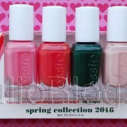 Juliowym okiem. Lakiery do paznokci ESSIE spring 2016 – moje 4 kolory Lakiery do paznokci ESSIE spring 2016 – moje 4 kolory Julia 30 czerwca 2016Juliowym okiem., Manicure, Recenzje kosmetyczne, URODA Zawsze chętnie oglądam najnowsze kolory lakierów do paznokci Essie. Tej wiosny bardzo spodobała mi się kolekcja lounge lover. Zdecydowałam się na kostkę, czyli zestaw 4 miniatur, ponieważ moją osobistą kolekcję muszę trzymać w ryzach 😀 Z tej recenzji dowiecie się, co sądzę o każdym z 4 kolorów których używałam :) JulioBlog.pl blog Julii - recenzje kosmetyczne. Recenzje kosmetyków. Lakiery do paznokcie ESSIE z kolekcji spring 2016 – miniaturki 5ml: Essie high class affair (Essie 964), Essie lounge lover (Essie 965), Essie sunshine state of mind (Essie 966), oraz zieleń Essie off tropic (Essie 967). o kolekcji essie spring 2016 lounge lover W tym sezonie lotniska w Nowym Jorku, Londynie, Mediolanie i Paryżu są wypełnione po brzegi. Dokładnie tak, od Heathrow do Portalu Lotniczego JFK fashionistki i podróżniczki z zapakowanymi walizkami ruszają do tego samego miejsca: na Florydę. Wśród luksusowych lokalizacji Floryda oferuje wszystkie kolory raju. Gdy nadejdzie wiosna masz tylko dwie opcje: wybrać się do najbardziej słonecznego stanu w Ameryce, a jeśli Ci się nie uda, spróbuj wprawić się w sunshine state of mind. Moda na florydzie jest gorąco jak słońce. Sześć najnowszych odcieni essie odzwierciedla ducha wiosny w szykownych kurortach takich jak Palm Beach. Naszej kolekcji udało się odnaleźć idealną równowagę pomiędzy najnowszymi trędami i pełnym uroku stylem retro. Wiosenne kolory essie są odważne, jasne i nadają się na każdą okazję. Szaleństwo w luksusowym kurorcie? Oczywiście! pool side service to podstawa kiedy flirtujesz z lounge lover? Tak to się właśnie robi. To prawdziwa high class affair, a Ty jesteś na wakacjach, więc rozkoszuj się tymi słonecznymi chwilami. Kolekcja lakierów do paznokci ESSIE spring 2016 lounge lover.