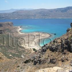 Złote plaże i laguny Krety - Gramvousa i Balos. Autobusem z pod hotelu Chripsy**** łatwo dojedziecie do Chani, albo dotrzecie bezpośrednio do Kissamos, gdzie znajduje się port. A miasto portowe to oczywiście okazja do odbycia fantastycznych rejsów :) Zdecydowanie polecam wycieczkę statkiem do Gramvousa & Balos. Na Gramvousie warto wspiąć się na wenecką twierdzę i podziwiać nieskalaną cywilizacją przyrodę. Zatoka Balos zachwyca natomiast widokiem błękitu wody, złocistego piasku, przyrodą i ukształtowaniem terenu, które zmienia się w zależności od przypływów i odpływów. To również cudowne miejsce do nurkowania. Złote plaże i laguny Krety - Gramvousa i Balos. Gramvousa jest niezamieszkała, z nienaruszoną przyrodą i stanowi naturalny rezerwat dla wielu gatunków ptaków. Zatoka Balos zachwyca błękitem wody i złocistym piaskiem. Reks na Gramvousa & Balos. JulioBlog.pl blog Julii. Złote plaże i laguny Krety - Gramvousa i Balos.