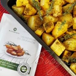 Błyskawiczna pieczona dynia na obiad – przepis, oraz Mix przypraw do ziemniaków e-condimenta. DIETA Błyskawiczna pieczona dynia na obiad Błyskawiczna pieczona dynia na obiad Julia 30 października 2016DIETA, Fit gotowanie, Julia gotuje Sezon dyniowy w pełni, zatem postanowiłam pokazać na JulioBlogu kilka przepisów na dania z dynią, które są smaczne, sycące i wymagają minimum czasu spędzonego w kuchni. Naprawdę – minimum :) Na początek błyskawiczna pieczona dynia z… – zapraszam! JulioBlog.pl - blog Julii. Przepisy kulinarne. Szybkie, proste, zdrowe dania. DIETA Błyskawiczna pieczona dynia na obiad Błyskawiczna pieczona dynia na obiad Julia 30 października 2016DIETA, Fit gotowanie, Julia gotuje. Moja błyskawiczna pieczona dynia to dobra opcja na obiad, lunch, albo gorącą kolację. Może też stanowić dopełnienie dania mięsnego, ale jako samodzielnemu posiłkowi nie można jej nic zarzucić :) Błyskawiczna pieczona dynia na obiad – przepis. Błyskawiczna pieczona dynia z ziemniakami – składniki. Błyskawiczna pieczona dynia z ziemniakami – sposób przygotowania. DIETA Błyskawiczna pieczona dynia na obiad Błyskawiczna pieczona dynia na obiad Julia 30 października 2016DIETA, Fit gotowanie, Julia gotuje. JulioBlog.pl. e-condimenta - MIX PRZYPRAW DO ZIEMNIAKÓW. Bez dodaku: wzmacniaczy smaku, barwników, aromatów, cukrów, pszenicy. Cena opakowania 25g - 3,99zł. SKŁADNIKI: Sól morska, kminek, cebula, kolendra, papryka, natka pietruszki, czosnek, koper, lubczyk, gałka muszkatołowa, tymianek, pieprz, kmin rzymski, kozieradka, chili, kardamon, kurkuma. MIX PRZYPRAW DO ZIEMNIAKÓW. Podkreśl smak ziemniaków dodatkiem wyszukanych kompozycji ziół i przypraw. Danie możesz przygotować w piekarniku, na grillu, patelni czy na parze. Zawsze jednak masz pewność, że mixy e-condimenta są w pełni naturalne i wzbogacają twój posiłek w cenne antyoksydanty. SPOSÓB PRZYRZĄDZENIA: Kompozycja nadająca oryginalny smak i wygląd potrawom z ziemniaków. Aby uzyskać najlepsze walory smakowe, ugotowane lub surowe z