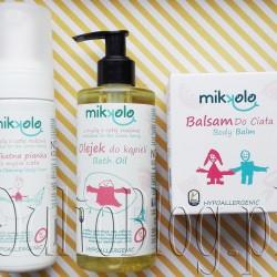 Naturalne hypoalergiczne kosmetyki do pielęgnacji skóry od pierwszego dnia życia, oraz dla dorosłych o skórze bardzo wrażliwej. Delikatna pianka do mycia ciała MIKKOLO Nova Kosmetyki (150ml/44zł), Olejej do kąpieli MIKKOLO Nova Kosmetyki (250ml/49zł), oraz Balsam do ciała MIKKOLO Nova Kosmetyki (200ml/55zł). Delikatna pianka do mycia ciała MIKKOLO Nova Kosmetyki (150ml/44zł). DELIKATNA PIANKA DO MYCIA CIAŁA MIKKOLO NOVA KOSMETYKI. Delikatna pianka do mycia ciała MIKKOLO Nova Kosmetyki (150ml/44zł) – opis producenta: Delikatna pianka do mycia ciała została stworzoną z myślą o pielęgnacji delikatnej i wrażliwej skóry niemowląt i małych dzieci, która wymaga stosowania bardzo łagodnych kosmetyków myjących. Jej recepturę oparto na certyfikowanych i bezpiecznych dla skóry substancjach myjących pochodzenia roślinnego. Zapewniają one łagodne i skuteczne oczyszczanie skóry i nie naruszają przy tym jej naturalnej bariery ochronnej. Aktywne składniki pianki wykazują natomiast wyjątkowe działanie pielęgnacyjne. Olej z pestek arbuza nawilża i chroni skórę przed działaniem czynników zewnętrznych, pomaga przywrócić jej elastyczność i nie zatyka porów skóry. Olej kokosowy odżywia skórę, działa przeciwzapalnie i łagodząco. Przynosi ulgę zaczerwienionej i swędzącej skórze. Chroni też skórę przed promieniowaniem UV. Pianka łatwo spłukuje się ze skóry, czyni ją miękką i delikatną. Może być stosowana także przez osoby dorosłe zmagające się zproblemem przesuszonej, podrażnionej i wrażliwej skóry. Jest hypoalergiczna. Działanie: delikatnie myje i oczyszcza skórę, chroni przed utratą wilgoci, łagodzi podrażnienia, chroni przed działaniem czynników zewnętrznych, zmiękcza, odżywia i nawilża skórę Zalety: zawiera łagodne, certyfikowane substancje myjące pochodzenia roślinnego, hypoalergiczna, nie zawiera SLS, SLES, parabenów, PEG-ów i substancji zapachowych, odpowiednia do pielęgnacji wrażliwej skóry niemowląt i dzieci od pierwszych dni życia, może być stosowana przez osoby dorosłe do pielęgn