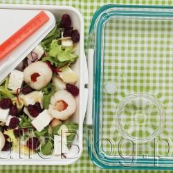 Sałatka z serem bułgarskim, liczi, suszoną żurawiną i płatkami migdałów w pudełku BOX APPETIT Black+Blum London (95zł). Tło – podkładka Black+Blum London (32zł), która po rozłożeniu jest torbą na lunch. DIETA Słodko – słona sałatka z serem szopskim Słodko – słona sałatka z serem szopskim  Julia 30 marca 2017DIETA, DOM & WNĘTRZE, Fit gotowanie, GADŻETY, Julia gotuje, Juliowym okiem., Recenzje kulinarne, ZDROWIE Dziś przepis na słono – słodką sałatkę z bułgarskim serem, suszoną żurawiną i płatkami migdałów. , sałatka z serem bułgarskim w pudełku BOX APPETIT Black+Blum London (95zł). Tło – podkładka Black+Blum London (32zł) po rozłożeniu jest torbą na lunch. Zielona torba na lunch box Black+Blum. Wodoodporna torba na lunch box. Zapinana na rzepy Wygodna do przenoszenia posiłku w lunch boxie Po rozłożeniu może stanowić podkładkę - serwetę. ZIELONA TORBA NA LUNCH BOX BLACK+BLUM. Szerokość: 28 cm Długość: 27 cm, po rozłożeniu 55 cm. Sałatka z serem bułgarskim, liczi, suszoną żurawiną i płatkami migdałów w pudełku BOX APPETIT Black+Blum London (95zł). Tło – podkładka Black+Blum London (32zł), która po rozłożeniu jest torbą na lunch. Box Appetit Zielony - pojemnik na żywność - opis produktu: Chcesz iść z duchem czasu i zdrowo się odżywiać mimo wielu godzin spędzonych za biurkiem? Ten lunch box jest dla Ciebie - to nowoczesny sposób noszenia obiadu do pracy Pojemnik na żywność Box Appetit jest szczelny, a w środku ma dwa dodatkowe pojemniki - na drugie danie i na sos Wykonany z najwyższej jakości materiałów (dlatego świetnie nadaje się na prezent dla osoby dbjaącej o zdrową dietę) - pokrywka wygląda, jak ze szkła (chociaż jest z tworzywa) W zestawie nożo-widelec - wszystko przemyślane Obiad na wynos możesz podgrzać w kuchence mikrofalowej, a pojemnik umyć w zmywarce. BOX APPETIT. Sałatka z serem bułgarskim, liczi, suszoną żurawiną i płatkami migdałów w pudełku BOX APPETIT Black+Blum London (95zł). Tło – podkładka Black+Blum London (32zł), która po rozłożeniu jest torbą na lu