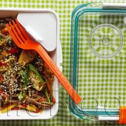 Makaron z mięsem i warzywami w pudełku BOX APPETIT Black+Blum London (95zł) na podkładce Black+Blum London (32zł), która po rozłożeniu jest torbą na lunch. BOX APPETIT Black+Blum – czy warto inwestować w pudełko na lunch? Julia 5 maja 2017DIETA, Dieta pudełkowa, DOM & WNĘTRZE, Fit gotowanie, Julia gotuje, Juliowym okiem., Kuchenne gadżety, Recenzje kulinarne Dziś moja opinia, na temat pudełka na lunch. Nie bylejakiego, bo marki Black+Blum, o który pytałyście. Wielofunkcyjny BOX APPETIT kosztuje 95zł i z tego wpisu dowiecie się czy wg mnie warto wydać taką kwotę na pudełko :) Markę Black+Blum poznałam szukając dobrej jakości termosu. Ponieważ ich produkty wyróżniają się naprawdę fajnym designem, pomysłowością i doskonałą jakością wykonania mam już: Termos obiadowy Black+Blum London o pojemności 400ml w komplecie z łyżką, Butelkę z filtrem węglowym Binchōtan BOX APPETIT Black+Blum London, która oprócz funkcji filtracji uwalnia do wody żelazo i magnez, Torbę na lunch BOX APPETIX Black+Blum London, która po rozłożeniu jest podkładką, oraz Pojemnik na lunch BOX APPETIT lunch box original Black+Blum London, który jest przedmiotem dzisiejszego wpisu. JulioBlog.pl blog Julii. Recenzje kulinarne. Gadżety. Pojemnik na lunch BOX APPETIT lunch box original by Black+Blum London (cena: 95zł). Co wyróżnia Pojemnik BOX APPETIT lunch box original by Black+Blum? 95,00 zł Dodaj do koszyka DOSTĘPNE KOLORY: Box Appetit Zielony - pojemnik na żywność Black+Blum Box Appetit Limonkowy B+B Box Appetit Limonkowy B+B Box Appetit Limonkowy Box Appetit Zielony - pojemnik na żywność B+B Box Appetit Limonkowy Box Appetit. pojemnik na żywność. Chcesz iść z duchem czasu i zdrowo się odżywiać mimo wielu godzin spędzonych za biurkiem? Ten lunch box jest dla Ciebie - to nowoczesny sposób noszenia obiadu do pracy Pojemnik na żywność Box Appetit jest szczelny, a w środku ma dwa dodatkowe pojemniki - na drugie danie i na sos Wykonany z najwyższej jakości materiałów (dlatego świetnie nadaje się na prezent 