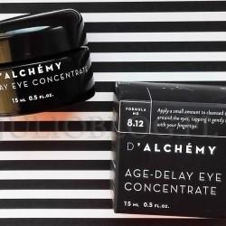 Koncentrat pod oczy niwelujący oznaki starzenia D'Alchemy Koncentrat pod oczy niwelujący oznaki starzenia D'Alchemy. Koncentrat niwelujący oznaki starzenia AGE‑DELAY EYE CONCENTRATE. Koncentrat pod oczy niwelujący oznaki starzenia AGE‑DELAY EYE CONCENTRATE D'ALCHÉMY 15ml/160zł. Krem pod oczy. Koncentrat pod oczy niwelujący oznaki starzenia AGE‑DELAY EYE CONCENTRATE D'ALCHÉMY zawiera: HYDROLATY: Z RÓŻY DAMASCEŃSKIEJ I OCZARU – zapobiegają zmarszczkom i utracie jędrności, wygładzają i odżywiają skórę, ujednolicają jej koloryt. Wzmacniają naczynia krwionośne, łagodzą obrzęki i podrażnienia. WYCIĄG Z MIKRO-ALGI CHLORELLA VULGARIS – rozjaśnia cienie pod oczami i odbudowuje naczynia krwionośne, dzięki swej aktywności anty-angiogenicznej. WYCIĄGI Z KRWAWNIKA, NAGIETKA, KASZTANOWCA, OCZARU, DZIURAWCA, MALWY, RUMIANKU, MIĘTY I LIPY – posiadają właściwości przeciwzapalne, przeciwskurczowe i wenotoniczne, przyczyniające się do zmniejszenia przepuszczalności naczyń i wywołujące silny. Doskonale nawilżają, poprawiając funkcje barierowe skóry. OLEJE: Z RÓŻY RDZAWEJ, ARGANOWY I LNIANY – odżywiają, nawilżają i zmiękczają naskórek, redukują ilość i widoczność zmarszczek. Odbudowują hydrolipidową barierę skóry, przyspieszając jej regenerację. Działają łagodząco i przeciwzapalnie. MASŁA ROŚLINNE: SHEA I SHOREA – zapobiegają powstawaniu zmarszczek i degeneracji komórek skóry, długotrwale i dogłębnie nawilżają ją i wygładzają. Działają odżywczo, natłuszczająco i zmiękczająco. OLEJKI ETERYCZNE: Z RÓŻY DAMASCEŃSKIEJ I LAWENDY – stymulują syntezę kolagenu i opóźniają proces starzenia się skóry. Wzmacniają naczynia krwionośne, łagodzą obrzęki i podrażnienia. Koncentrat pod oczy niwelujący oznaki starzenia AGE‑DELAY EYE CONCENTRATE D'ALCHÉMY 15ml/160zł – składniki (INCI). Koncentrat pod oczy niwelujący oznaki starzenia AGE‑DELAY EYE CONCENTRATE D'ALCHÉMY – skład (INCI): ROSA DAMASCENA (DAMASK ROSE) FLOWER WATER*,HAMAMELIS VIRGINIANIA (WITCH HAZEL) LEAF WATER*,GLYCERYL STEARATE*, PROPANEDIOL*