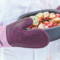 Silikonowa Rękawica Tupperware. Silikonowa Rękawica Tupperware jest jednym z niezbędnych akcesoriów kuchennych, jakie musisz mieć w swojej kuchni! Silikonowa część Rękawicy Tupperware jest wytrzymała na temperatury do 220°C. Ponadto część na dłoń jest bardzo elastyczna, co zapewnia wysoką wygodę użycia rękawic. Silikonowe Rękawice Tupperware Antypoślizgowy nadruk Silikonowej Rękawicy Tupperware pozwala na stabilne trzymanie gorących naczyń lub na wysuwanie gorącej blachy. Długi mankiet z materiału chroni także nadgarstek oraz przedramiona przed oparzeniem. Wyścielony wewnątrz rękawicy materiał jest miły w dotyku i zapobiega poceniu się dłoni. Ogólnie materiał jest bardzo wytrzymały, zwłaszcza jego silikonowa część. Pozwoli to na korzystanie z Silikonowej Rękawicy Tupperware przez lata. Wymiary Silikonowej Rękawicy Tupperware: 31cm x 18,5 cm. ilikonowa Rękawica Tupperware wymiary: 31cm x 18,5 cm – 129,90zł O firmie Tupperware TUPPERWARE-katalog-wiosna-lato-2018-katalog-produktów-Tupperware-gotowanie-akcesoria-kuchenne-gadżety-do-kuchni-najnowszy-katalog-tupperwareTupperware Brands Corporation, działając poprzez sieć niezależnej sprzedaży bezpośredniej obejmującą 3,1 miliona osób, jest globalnym liderem w zakresie sprzedaży innowacyjnych produktów premium różnorodnych marek za pośrednictwem sprzedaży bezpośredniej. Marki i kategorie produktów obejmują skoncentrowane na designie rozwiązania do kuchni i domu w zakresie przygotowania, przechowywania i podawania potraw oferowane przez markę Tupperware oraz artykuły kosmetyczne i pielęgnacyjne, oferowane przez marki Avroy Shlain, BeautiControl, Fuller Cosmetics, NaturCare, Nutrimetics i Nuvo. Silikonowa Rękawica Tupperware wymiary: 31cm x 18,5 cm – 129,90zł