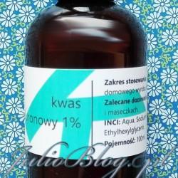 Kwas hialuronowy 1% (100ml/17.50zł). Kwas hialuronowy 1% Fitomed – Skład INCI: Agua, Sodium Hyaluronate, Phenoxyethanol, Ethylhexylglycerin. was hialuronowy 1% Fitomed Kwas hialuronowy 1% Fitomed to niemal bezzapachowy, lekki żel. Zamknięty w ciemnej, dość zwykłej, wygodnej buteleczce. Wiecie, że nie przepadam za pipetami dlatego nieprzekombinowane opakowanie Fitomed uważam za zaletę. Ponieważ moja skóra jest wrażliwa z tendencją do odwadniania, kwas hialuronowy stanowi idealne dopełnienie mojej codziennej pielęgnacji. Ma świetne działanie nawilżające, a do tego koi podrażnienia. Poza tym można używać go na wiele sposobów. Na stronie Fitomed przeczytałam że: Kwas hialuronowy 1% Fitomed – zastosowanie: jako dodatek do kosmetyków do 30 %, gdyż przy bezpośrednim stosowaniu można odczuwać pokrycie skóry filmem lub odczuwać przesuszenie się skóry. Kwas hialuronowy 1% Fitomed – przeznaczenie: Dodając 30% jednoprocentowego kwasu hialuronowego do toniku uzyskujemy kosmetyk doskonały do cery tłustej. Dla cery mieszanej i suchej taki kosmetyk będzie służył jako prekosmetyk (podkład) pod kremy odżywcze, sera olejowe na noc lub kremy pod oczy. Ja stosuję kwas hialuromowy Fitomed najczęściej jako. Kwas hialuronowy 1% Fitomed – surowiec kosmetyczny.