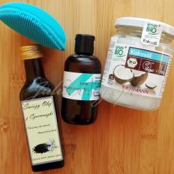 Szczoteczka soniczna FOREO LUNA™ mini 2 w kolorze AQUAMARINE, Świeży olej z czarnuszki tłoczony na zimno, Kwas hialuronowy 1% Fitomed, Olej kokosowy nierafinowany tłoczony na zimno enerBiO z upraw kontrolowanych ekologicznie. Olej kokosowy enerBiO. 200g/20.99zł. Olej kokosowy nierafinowany pozyskiwany jest z tłoczenia na zimno białego, czystego miąższu orzechów palmy kokosowej. Nie jest poddawany procesowi rafinacji. Posiada delikatny smak i zapach świeżych orzechów kokosowych. Doskonale sprawdza się w kuchni egzotycznej, a dzięki dużej odporności na wysoką temperaturę może być wykorzystywany do krótkotrwałego smażenia i pieczenia. Olej kokosowy w temperaturze poniżej 25 °C przybiera postać stałą, a powyżej tej temperatury przechodzi w stan płynny. olej kokosowy nierafinowany*100% *z upraw kontrolowanych ekologicznie. Kwas hialuronowy 1% (100ml/17.50zł). Kwas hialuronowy 1% Fitomed – Skład INCI: Agua, Sodium Hyaluronate, Phenoxyethanol, Ethylhexylglycerin. was hialuronowy 1% Fitomed Kwas hialuronowy 1% Fitomed to niemal bezzapachowy, lekki żel. Zamknięty w ciemnej, dość zwykłej, wygodnej buteleczce. Wiecie, że nie przepadam za pipetami dlatego nieprzekombinowane opakowanie Fitomed uważam za zaletę. Ponieważ moja skóra jest wrażliwa z tendencją do odwadniania, kwas hialuronowy stanowi idealne dopełnienie mojej codziennej pielęgnacji. Ma świetne działanie nawilżające, a do tego koi podrażnienia. Poza tym można używać go na wiele sposobów. Na stronie Fitomed przeczytałam że: Kwas hialuronowy 1% Fitomed – zastosowanie: jako dodatek do kosmetyków do 30 %, gdyż przy bezpośrednim stosowaniu można odczuwać pokrycie skóry filmem lub odczuwać przesuszenie się skóry. Kwas hialuronowy 1% Fitomed – przeznaczenie: Dodając 30% jednoprocentowego kwasu hialuronowego do toniku uzyskujemy kosmetyk doskonały do cery tłustej. Dla cery mieszanej i suchej taki kosmetyk będzie służył jako prekosmetyk (podkład) pod kremy odżywcze, sera olejowe na noc lub kremy pod oczy. Ja stosuję kwas hial