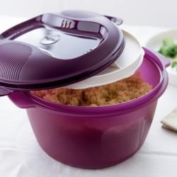 DOM & WNĘTRZE Ryżowy garnuszek Tupperware Ryżowy garnuszek Tupperware Julia 25 października 2018DOM & WNĘTRZE, GADŻETY, Kuchenne gadżety Ryżowy garnuszek Tupperware to pojemnik, w którym można błyskawicznie i wygodnie przygotować puszysty ryż. Jedyna w swoim rodzaju podwójna pokrywka sprawia, że nadmiar pary gromadzi się we wnęce górnej pokrywki w kształcie pączka i jest odprowadzany z powrotem do wkładu pokrywki. Proces ten zapobiega wykipieniu. Gotując w Ryżowym Garnuszku w odpowiedniej ilości wody ryż zachowuje cenne substancje odżywcze w nim zawarte. Gotowanie, serwowanie, przechowywanie i podgrzewanie ryżu – wszystko możliwe w jednym naczyniu Ryżowy-garnuszek-Tupperware-TUPPERWARE-garnek-do-gotowania-ryżu-kaszy-w-mikrofalówce-kuchence-mikrofalowej-jak-łatwo-i-szybko-ugotować-sypki-ryż-kaszę-bez-woreczka-bez-przypalania Ryżowy garnuszek Tupperware Ważne, że RYŻOWY GARNUSZEK MAXI: • Nie wymaga twojej uwagi, podczas gotowania • Nie marnuje energii • Nie kipi • Nie mamy przyklejonego i przypalonego ryżu • Można myć w zmywarkach • Można serwować prosto na stół • Łatwo podgrzać • Pozostałości przechowujemy w lodówce w tym samym naczyniu • Lekki i nietłukący Rekomendowana moc mikrofali: maks. 800 W. Nastawiając czas i moc mikrofali odpowiednią do ugotowania ryżu czy kaszy w Ryżowym Garnuszku mamy pewność, że ryż (kasza) się nie przypali, nie wykipi nie rozgotuje. Ryżowy garnuszek Tupperware: Pojemność: 2,2 l Wymiary: 26,6 x 20,8 x 15,5 cm Cena katalogowa: 79,90 zł Na produkt udzielana jest 30-letnia GWARANCJA PRODUCENTA. O firmie Tupperware TUPPERWARE katalog jesień 2018 Tupperware akcesoria do gotowania kuchenne gadżety najnowszy katalog tupperware PolskaTupperware Brands Corporation, działając poprzez sieć niezależnej sprzedaży bezpośredniej obejmującą 3,1 miliona osób, jest globalnym liderem w zakresie sprzedaży innowacyjnych produktów premium różnorodnych marek za pośrednictwem sprzedaży bezpośredniej. Marki i kategorie produktów obejmują skoncentrowane na designi